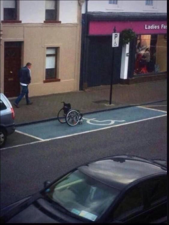 Silla de ruedas en un estacionamiento para personas discapacitadas