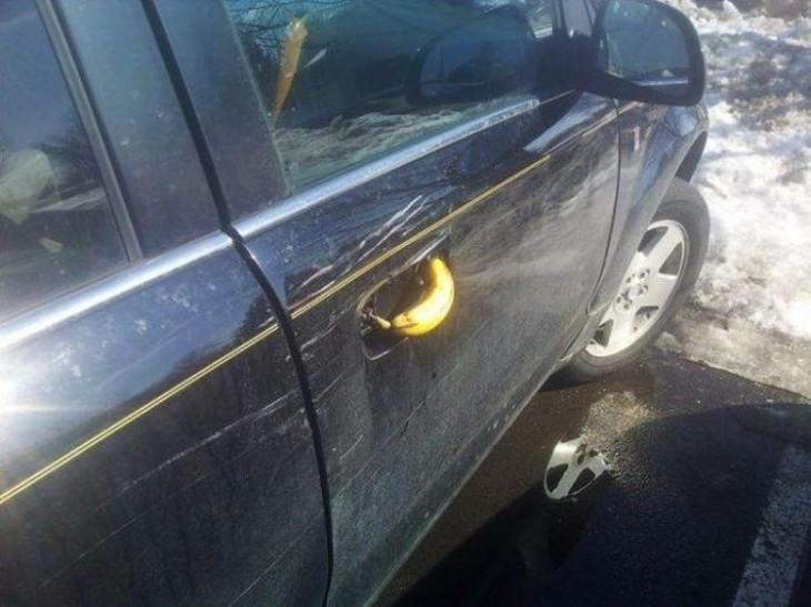 Manija de un coche remplazada por un plátano