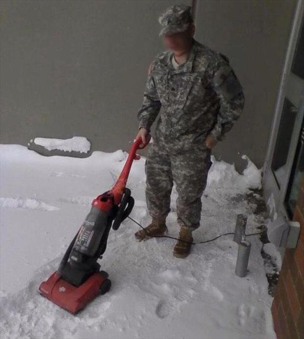 Hombre vestido de soldado puliendo la nieve